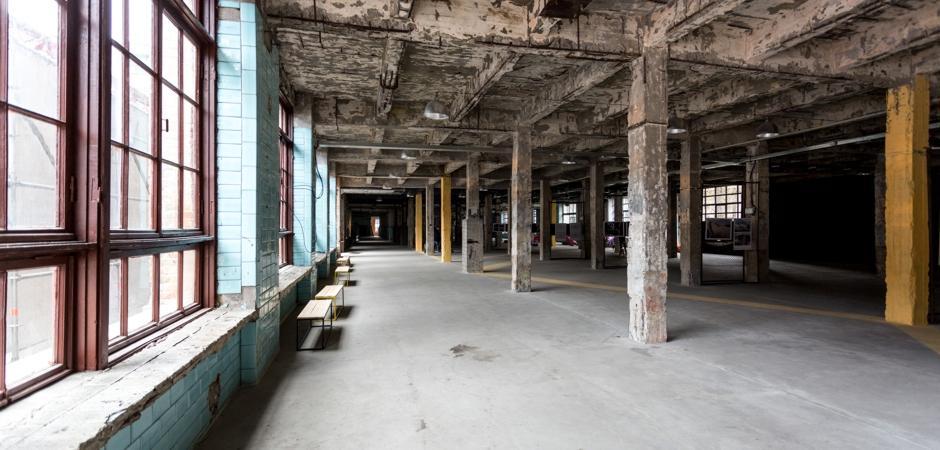 indvendig nedrivning af stor fabrikshal